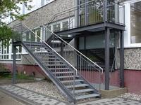 gerade Fluchttreppe mit Duplexbeschichtung und Edelstahlhandlauf an einem Studentenheim