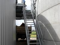 Treppe und Separatorbühne einer Biogasanlage